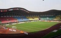 Wasit Diinjak Pemain Bola di Stadion